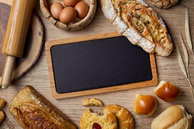 木製のテーブルの上のパンとスレートボード