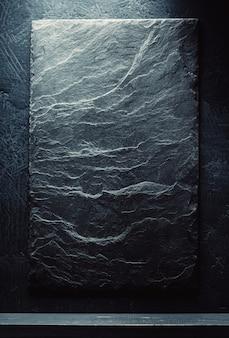 검은 배경에 슬레이트 돌과 선반