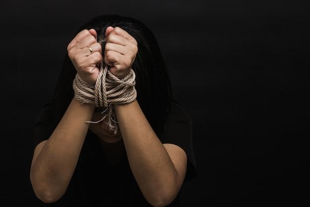 奴隷アジアの女性は彼女がロープで縛られた手だったのではないかと恐れている