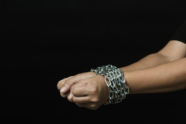 鋼の鎖で縛られた手でつながれた通訳だった奴隷女