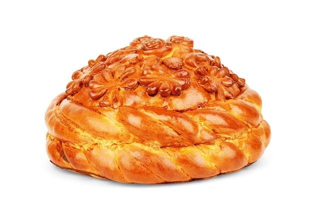 Славянский праздничный хлеб на белом фоне