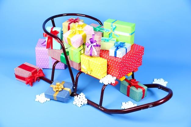 Санки с рождественскими подарками, на синей поверхности