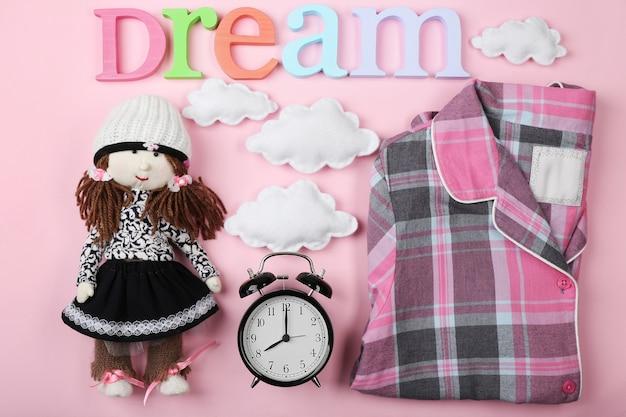 Концепция сна с аксессуарами на цветном фоне