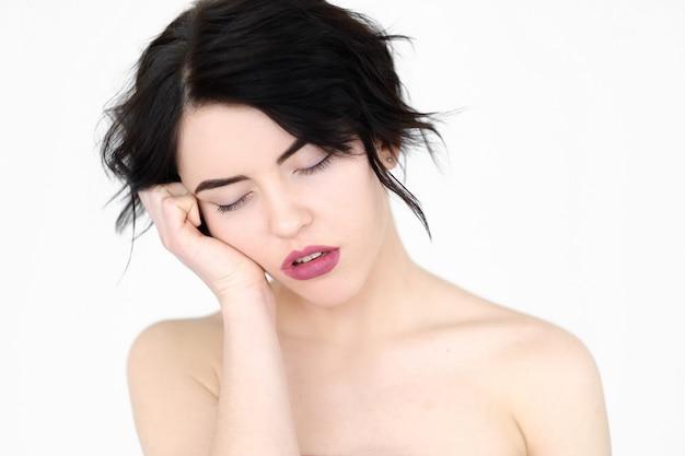 Лишение сна и концепция усталости на белой стене.