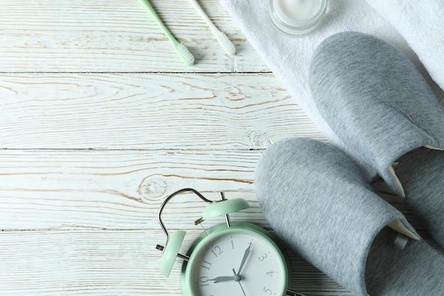 白い木製の睡眠ルーチンアクセサリー