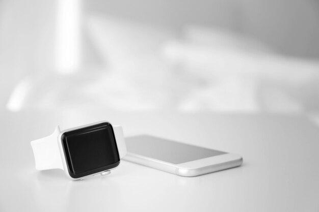 寝室のテーブルに睡眠トラッカーと携帯電話