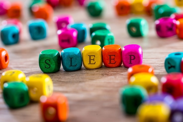 木製の立方体で単語を眠る