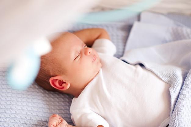 ベッドのクローズアップで横になっている眠っている男の子