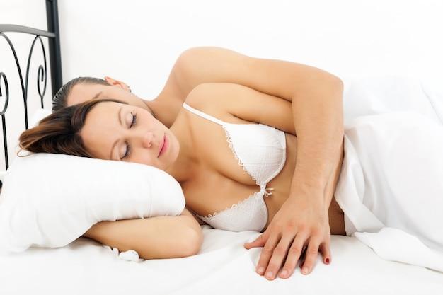 Coppia dorme nel letto