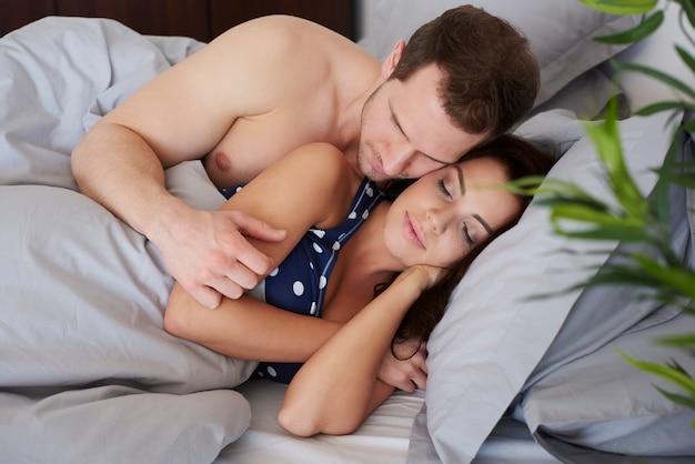 晴れた朝に眠っているカップル