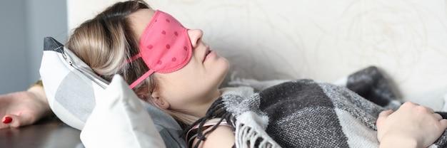Кушетка спящей женщины с маской сна. концепция спокойного сна