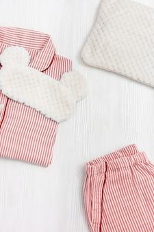 수면 용 잠옷. 줄무늬, 셔츠 및 반바지가있는 분홍색 여성 파자마.
