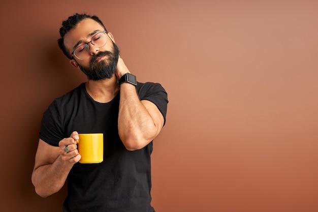 茶色の朝のコーヒーと眠そうなアラビア人
