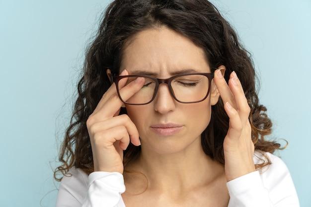 안구 질환, 눈의 피로로 고통받는 눈을 문지르는 안경에 졸린 비즈니스 여자. 피로.