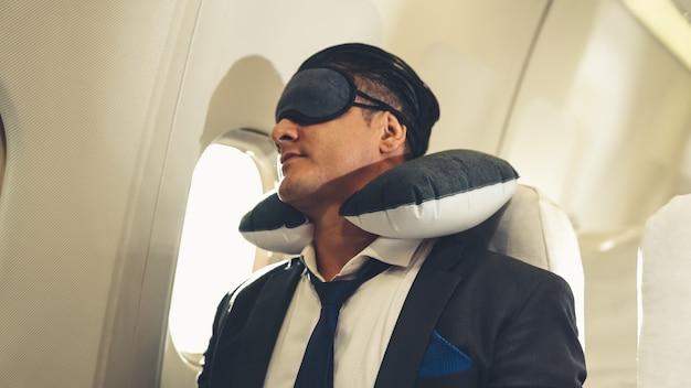 비행기로 출장에 졸린 사업가 여행