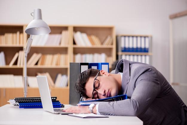 Сонный бизнесмен работает в офисе