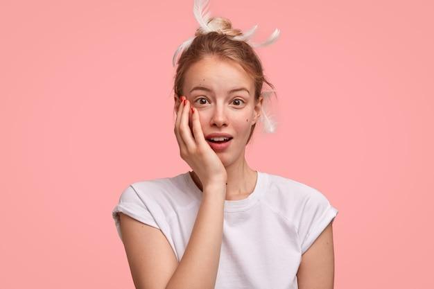 La giovane donna europea assonnata sembra sorprendentemente, non si aspetta di ricevere regali dal marito la mattina presto, ha poca felicità