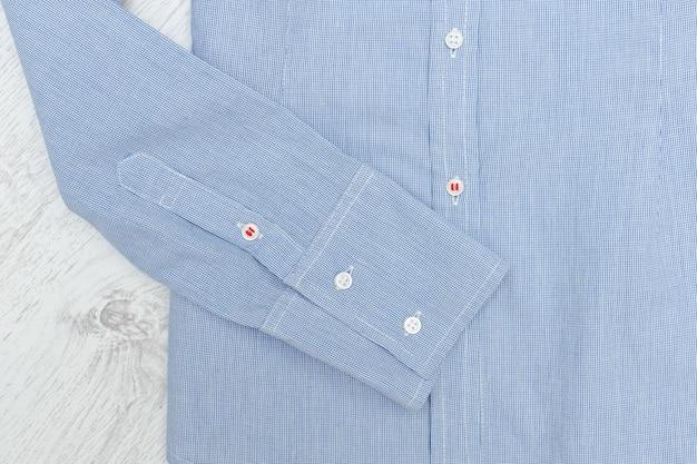 Рукав синей рубашки. крупный план. модная концепция