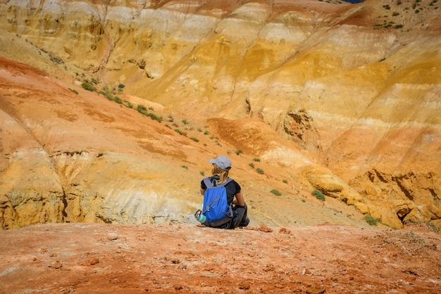 Стройная девушка-путешественница на фоне фантастического марсианского пейзажа