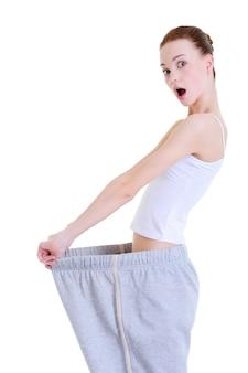 Стройная молодая девушка удивлена похудению