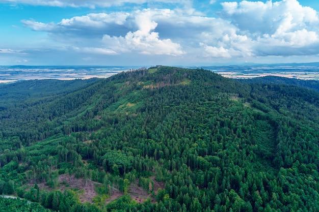 Слеза горный пейзаж с высоты птичьего полета на горы с лесом