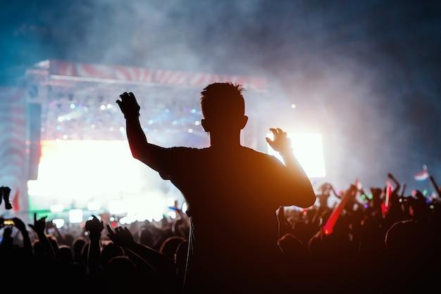 コンサートで若い男のslhouette