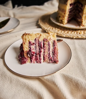 Fetta di torta di ciliegie su un piatto bianco