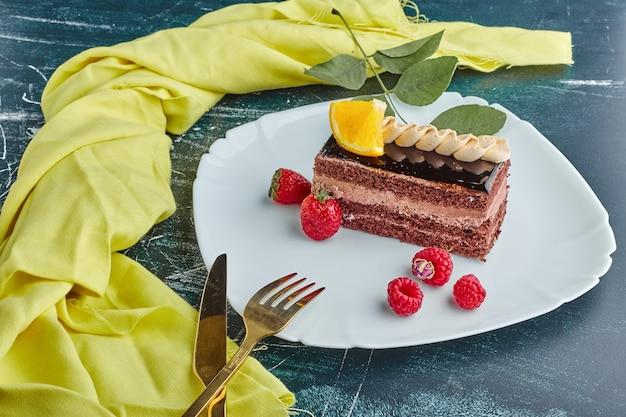 Una fetta di torta al cioccolato in un piatto bianco.