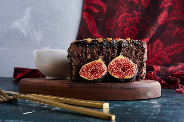 Una fetta di torta al cioccolato con fichi.