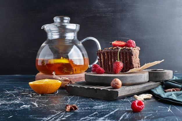 Una fetta di torta al cioccolato con limonata.