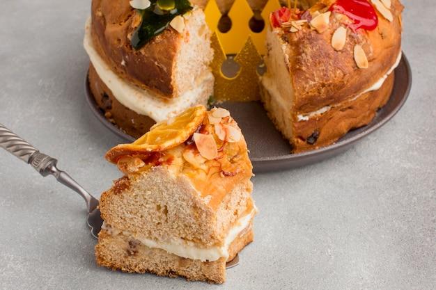 Fetta di delizioso dessert dell'epifania roscon de reyes