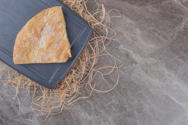 Una fetta di focaccia di feseli su una tavola su marmo