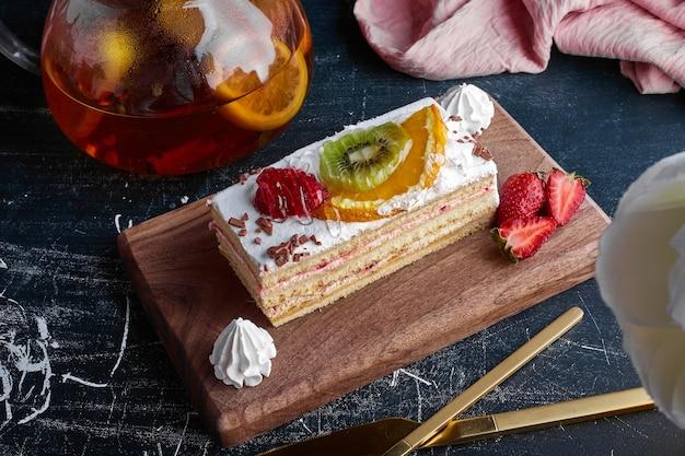 Una fetta di torta di frutta su una tavola di legno.