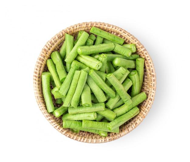 分離したバスケットで長い豆をスライスします。