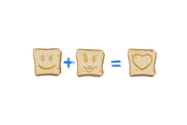 Кусочек тоста с лицом мальчика плюс кусочек тоста с лицом девушки равняется любви. на белом фоне.