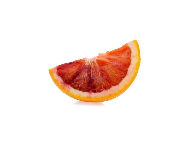Ломтик кровавого апельсина, изолированные на белой поверхности
