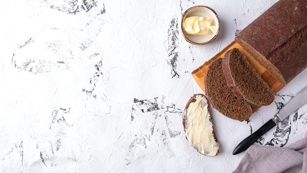 バターとパンのスライス。トップビュー、テキストスペース