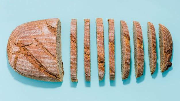 色の背景を持つパンのスライス Premium写真