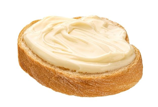 Кусочек хлеба со сливочным сыром, изолированные на белом фоне