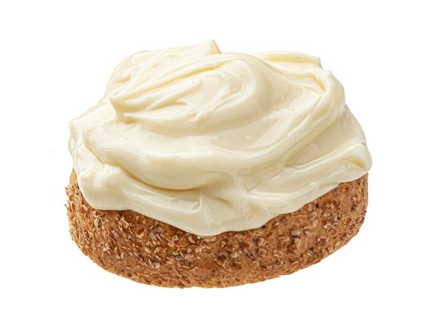 Кусочек хлеба с плавленым сыром, изолированные на белом фоне