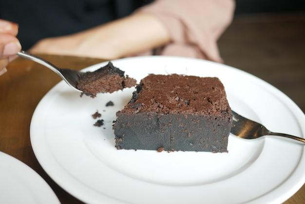 Кусочек пирожного на тарелке на столе