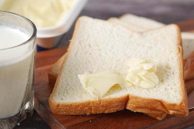 まな板にバターと全粒粉パンのスライス
