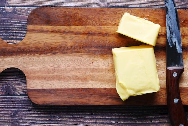 まな板の上にバターのスライスを上から下に。