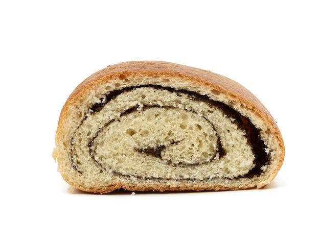 Кусочек масляной сладкой булочки с маком, изолированные на белом