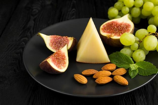 黒のチーズとフルーツのスライス