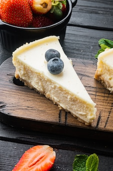 딸기 블루 베리와 민트 치즈 케이크의 슬라이스