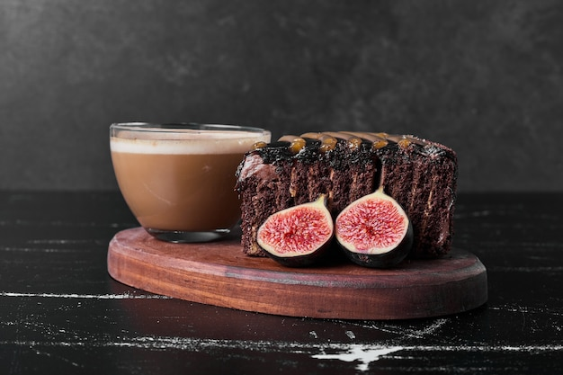 커피 한잔과 함께 초콜릿 케이크의 조각.