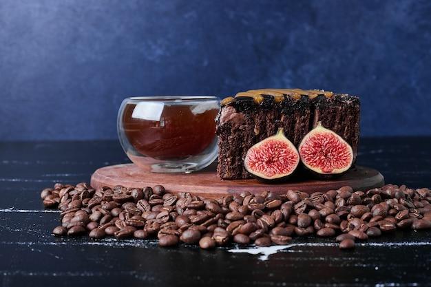Кусочек шоколадного торта с чашкой напитка.