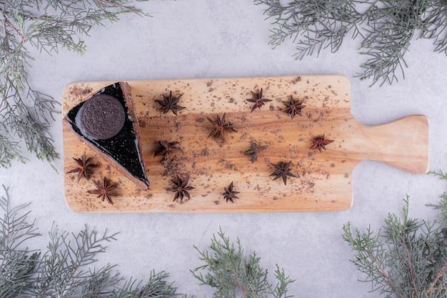 나무 보드에 정 향과 초콜릿 케이크의 조각. 고품질 사진