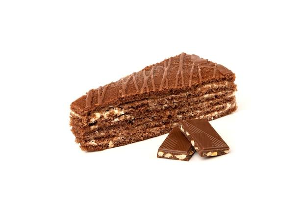 ミルクフィリングと白で分離されたチョコレートとチョコレートケーキのスライス。